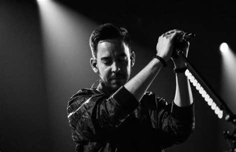 Kaos Musik Chester Bennington Linkin Park Kaos Original Gildan Cs07 linkin park s mike shinoda releases song since chester s