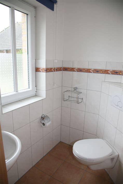 gäste wc modernisieren glasmosaik fliesen braun beigegaste wc inneneinrichtung