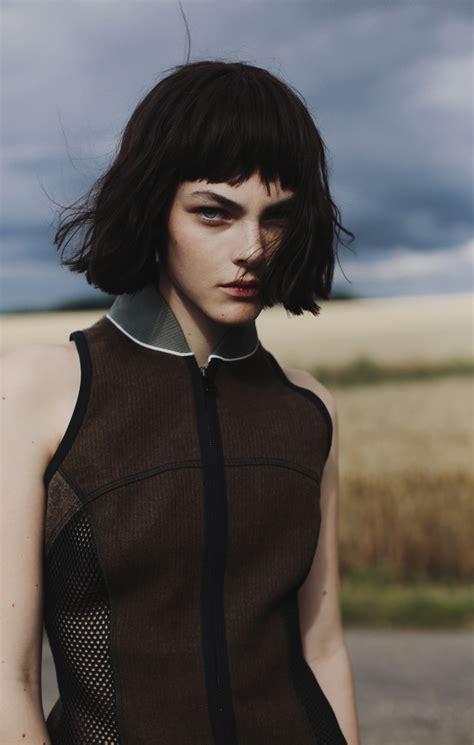 short black hair style for 40yearold girls in green fields
