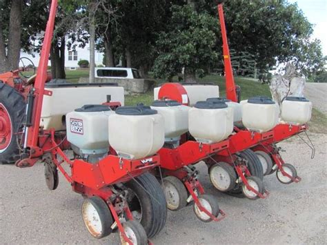White 5100 Planter by Roers Equipment Inc