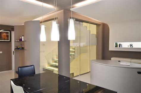 controsoffitte con faretti soggiorno con controsoffitti luminosi e scala in vetro con