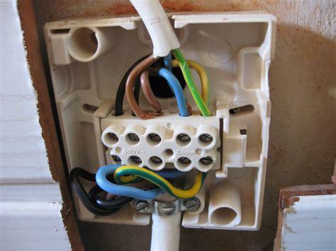 wandle mit kabel für steckdose zwei leiter in einer klemme