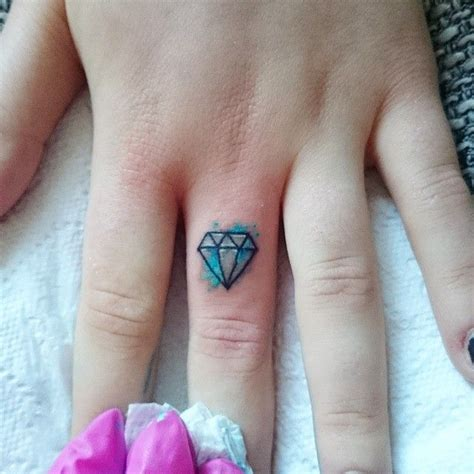 kleines tattoo finger 25 trendige diamond finger tattoo ideen auf pinterest