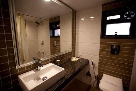 hotel in matheran with bathtub bathroom