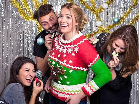 Pohon Natal Dan Batik Kayu Tipe C 1 Set 5 Unit Plus Lilin unik sweater bertema natal ini bisa dimakan