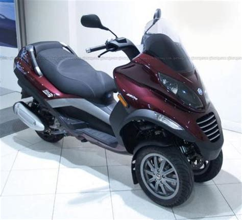 piaggio mp3 scooter totally rocking on its three wheels