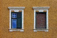Vorhänge Zwei Fenster by Vorh 228 Nge F 252 R Sonnenschutz Auf Fenstern Stockfoto Bild