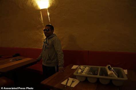 Crosby Meski Buta Namun Dia Dapat Melihat makan di restoran gelap gulita bagaimana sensasinya