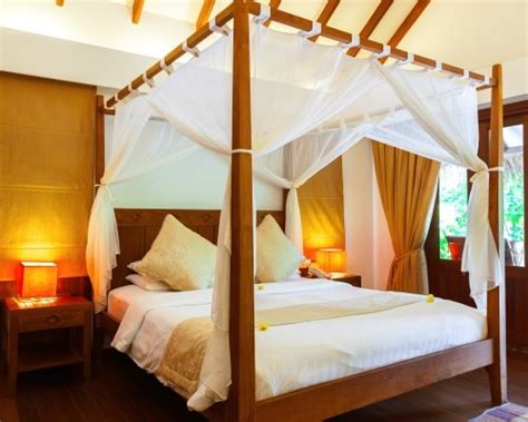 Ranjang Kanopi desain interior kamar tidur dengan ranjang kanopi
