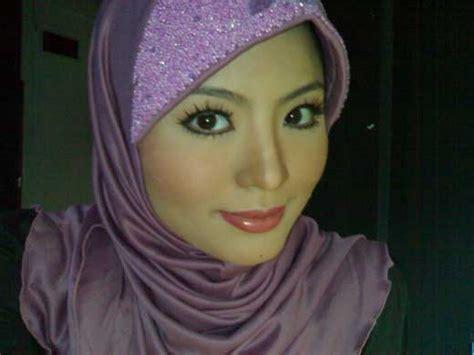 foto tanta hanya pakai cd tante muda cantik mulus pakai jilbab narsis di kamar hotel
