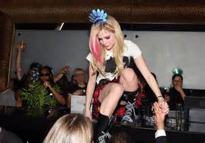 here is the gorgeous avril lavigne exposing her bonanza camel toe and