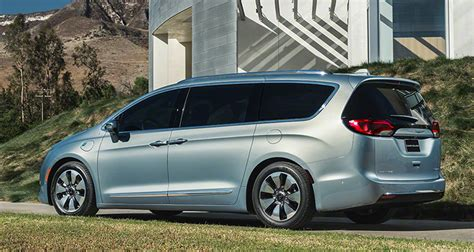 2017 dodge minivan 2017 chrysler pacifica aims to reinvent the minivan