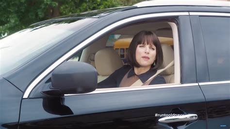 qx60 commercial actress julia louis dreyfus drives infiniti qx60 suv in old navy