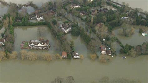thames river disaster uk floods homes evacuated as swollen thames keeps rising