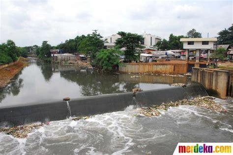 membuat puisi banjir foto antisipasi banjir aliran ciliwung disodet ke kanal