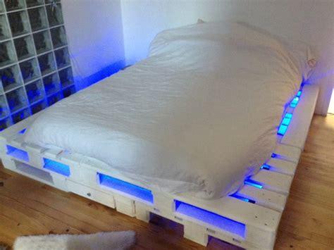 Nachttisch Beleuchtet by 21 Ideen F 252 R Palettenbett Im Schlafzimmer Freshouse