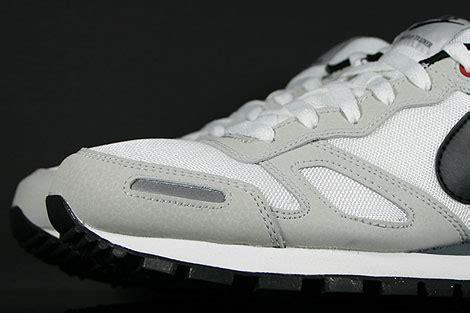 Sepatu Sport Nike Waffle Trainer Black White nike air waffle trainer white black grey 429628 102 purchaze
