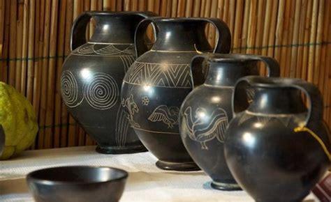 vasi di bucchero reperti archeologici come oggetti decorativi