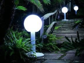 Exceptionnel Quel Eclairage Pour Une Terrasse #1: luminaire-exterieur-idee-eclairage-jardin-terrasse-design-moderne-modum-lampadaire-blob-telcom.jpg