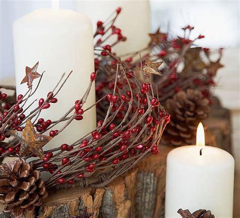 decorazioni candele natalizie pigne candele e bacche calda atmosfera di natale donna