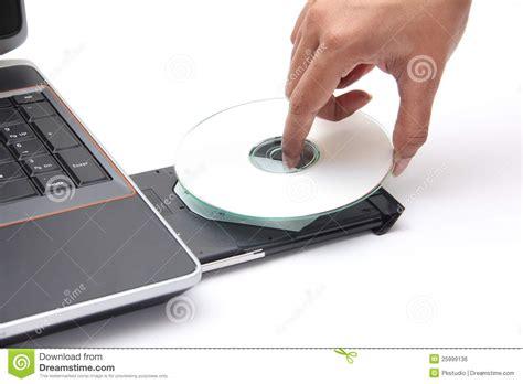 el lector compactos anagrama persona que coloca un disco compacto en el lector de cd rom imagen de archivo libre de regal 237 as