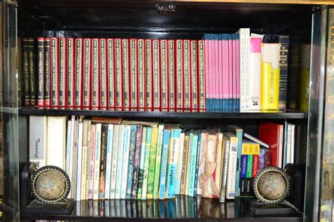 3 ways to organize a bookshelf wikihow