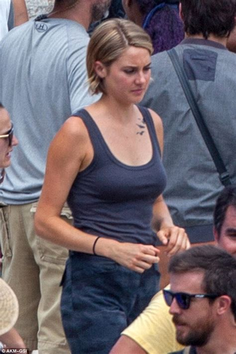 shailene woodley tattoo shailene woodley shows tris on the set of
