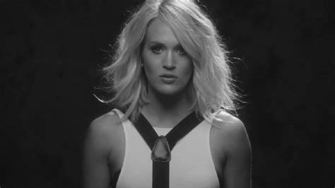 dirty laundry carrie underwood traducida carrie underwood hangs an ex out to dry in her dirty
