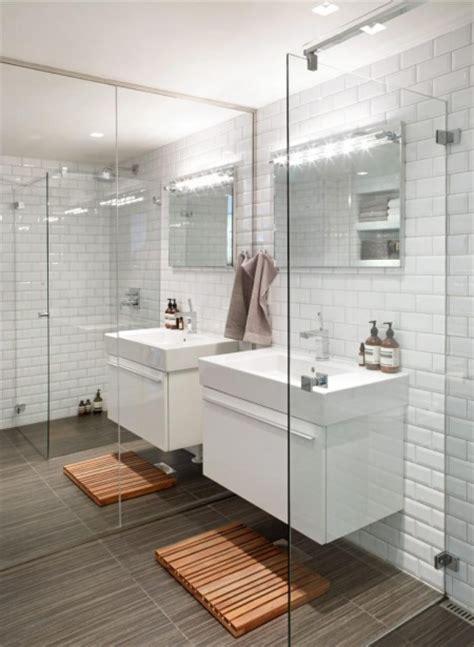 bade design lustrzane i szklane ścianki w łazience zdjęcie w