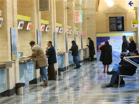 ufficio postale cuneo in due rapinano l ufficio postale impiegata sviene e