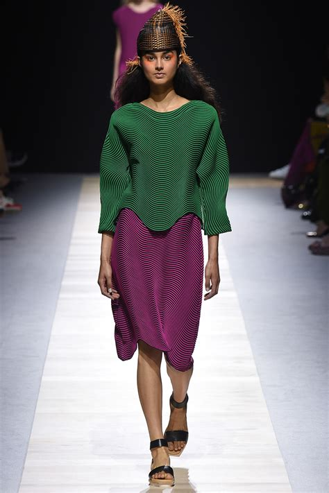 Issey Miyakes Populist Fashion by Clothing By Baking It In An Oven Por Issey Miyake Metalocus