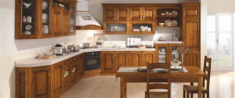 cucina in castagno cucine in castagno con intarsi e decorazioni
