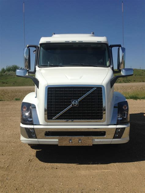 volvo white vnl  gn  truck stop service