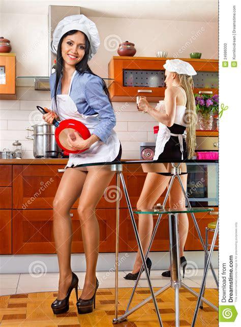 vrouw in keuken sexy vrouw in keuken stock foto beeld 24986000