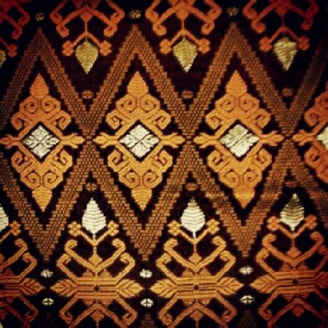 Minyak Kemiri Emas hujan coretan memukaunya kain khas indonesia