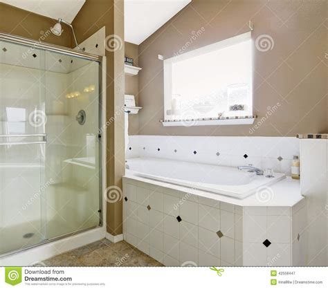 gestreifte tapete für badezimmer raumfarbe grau