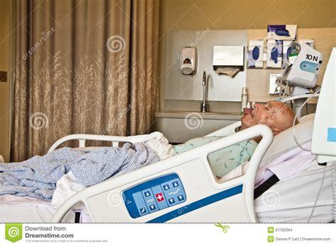 krankenhaus bett patient der im krankenhaus bett liegt stockbilder bild