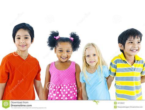 imagenes niños diferentes razas 握手的孩子被隔绝在白色 库存照片 图片 43728521