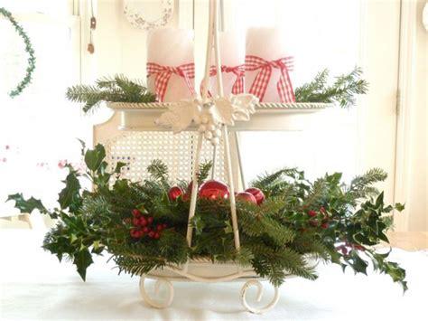 composizione natalizia con candele centrotavola natalizio