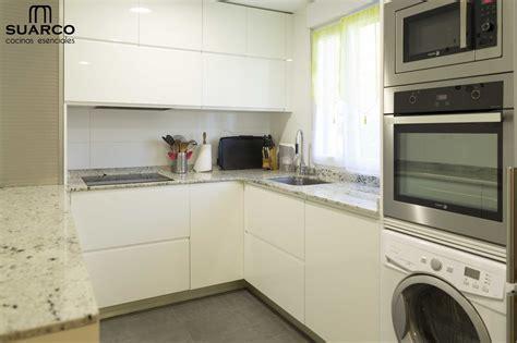 cocina blanca en forma de   encimera de granito warwick