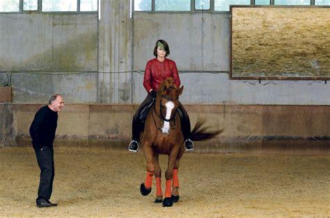 mujer abotonada por un caballo abotonada por el culo caballo videos