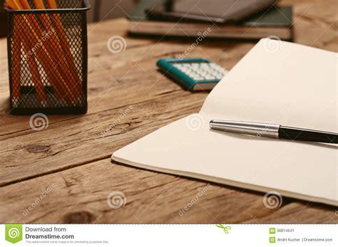 bloc note sur bureau sur le bureau ouvrez le bloc notes avec le stylo et la