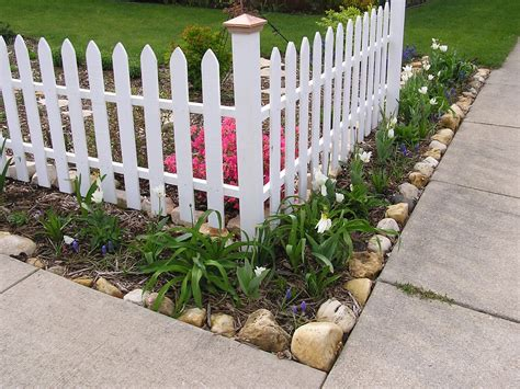 choosing the best materials for corner fence landscaping