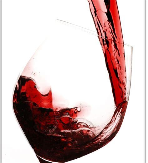 bicchieri di vino un bicchiere di vino al giorno allunga la vita di un anno