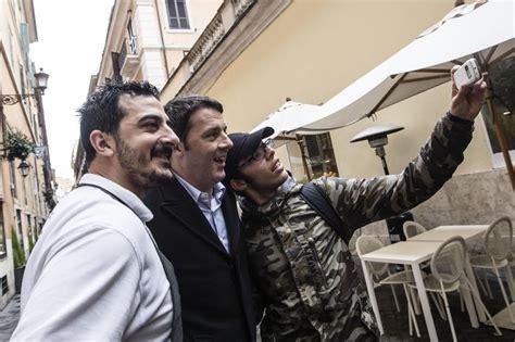 sede pd a roma roma renzi pensoso verso la sede pd