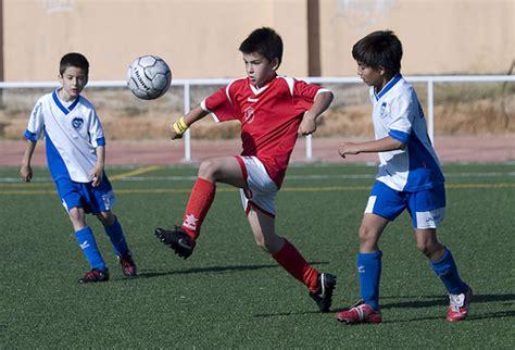 imagenes de niños jugando al futbol image gallery jugando futbol