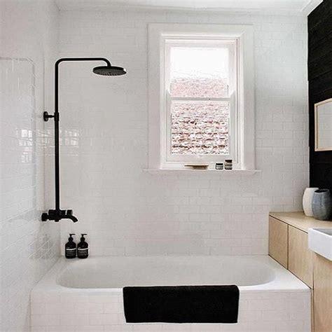 salle de bain contemporaine avec baignoire sabot