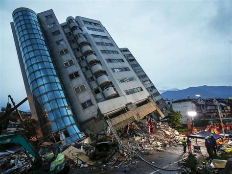 earthquake architecture rescuers scramble to find dozens of people trapped after