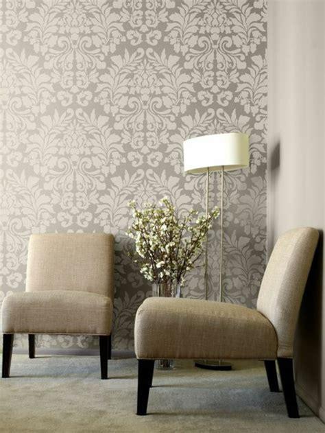 Formidable Modele De Chambre A Coucher #4: chantemur-papier-peint-design-gris-beige-meubles-beiges-dans-le-salon-lampe-de-salon.jpg