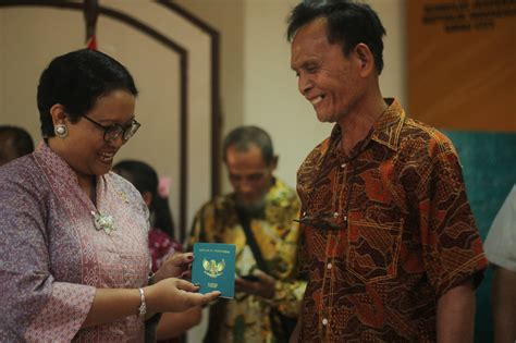 apple r d indonesia pilipino receives indonesian passport